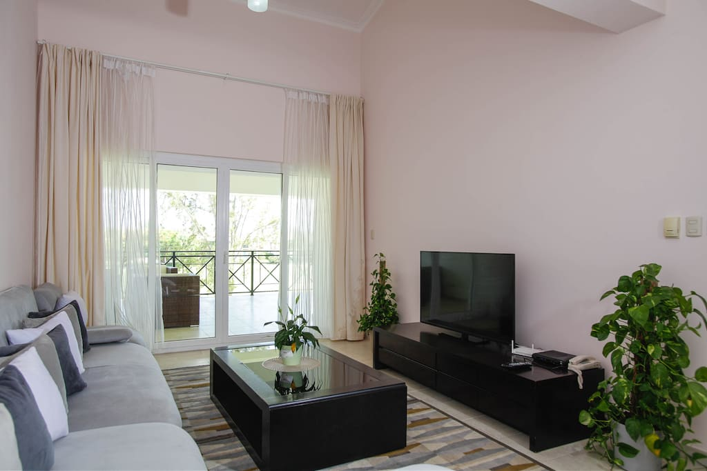 This lovely spacious living room is for our guests' comfortable stay. You have here a chaise sectional, sofa table and cable HDTV. AC system can be controlled in all rooms.